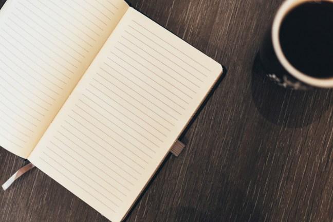 Cuaderno encima de escritorio